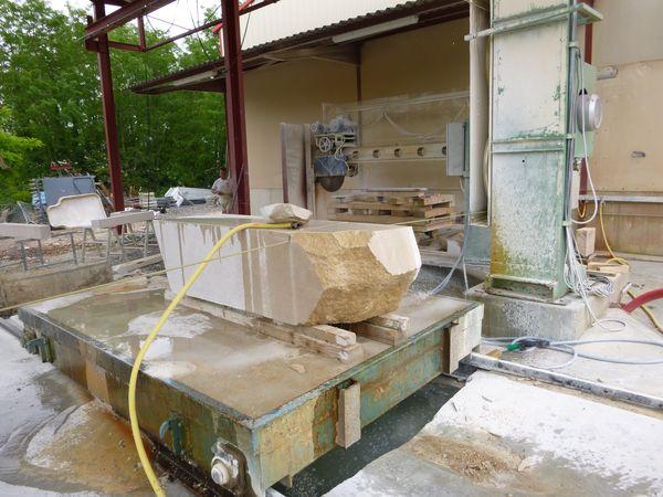Sciage d'un bloc de pierre au fil - Construction charpente Tournus Cuisery